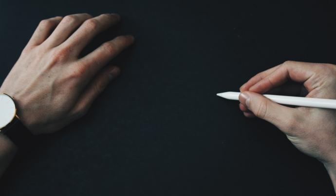 L'obligatorietat dels canals de denúncia es complementa amb un conjunt de mesures que garanteixin l'anonimat de la persona que denúncia la irregularitat. Font: Unsplash. Font: Font: Unsplash.