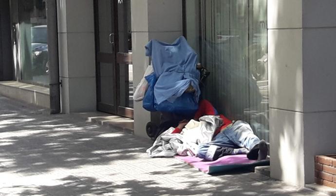 Una persona sense llar en un carrer del centre de Barcelona. Font: Sònia Pau