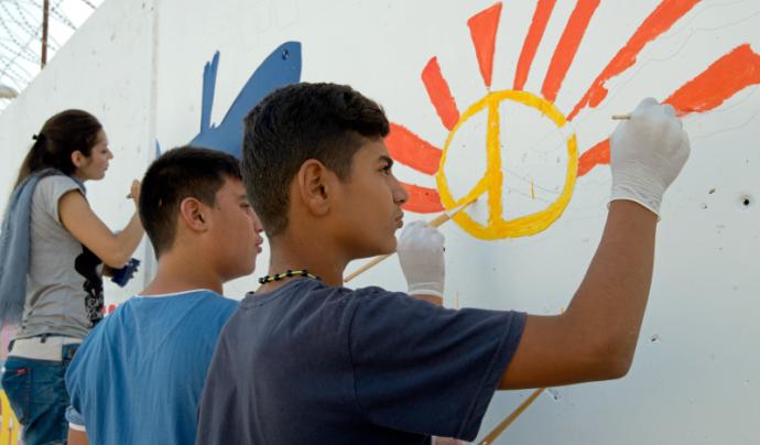 Joves dibuixant un mural. Projecte Youth4Peace Font: Nacions Unides