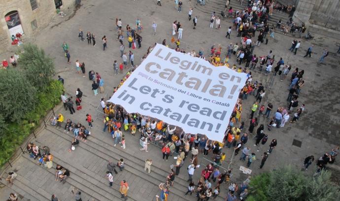 """La pancarta """"Llegeix en Català"""" l'Onze de Setembre a la Setmana del Llibre Font:"""