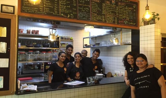 L'equip de treballadors/ores de la cafeteria-llibreria Bombay to Barcelona Font: Bombay to Barcelona (Facebook)