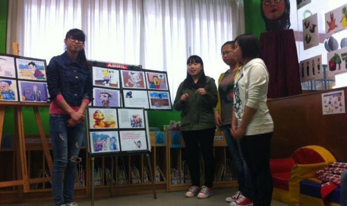 Noies explicant un conte en el marc del projecte Arrelarreu / Foto: Omnium Cultural Gironès Font: