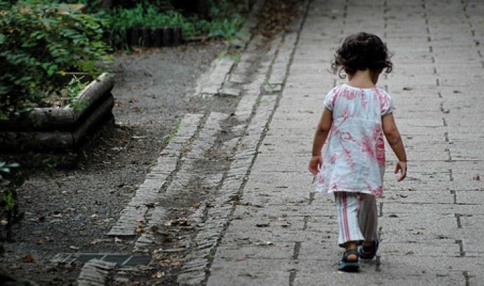 Nena caminant. Font: © Flickr.com/Lance Shields/cc Font: