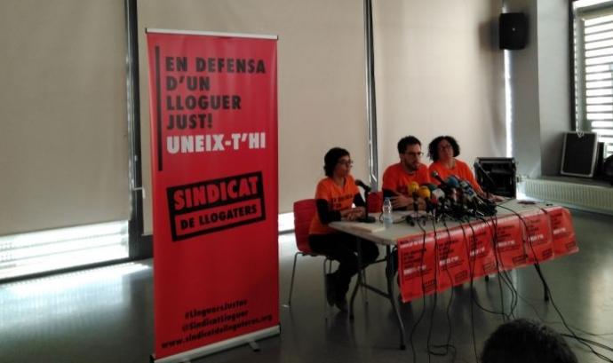 Els portaveus del sindicat de llogaters de Barcelona, durant l'acte de presentació  Font: Mar Barberà