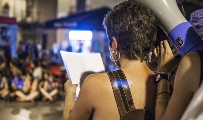 Marxa nocturna feminista per exigir unes Festes de Gràcia lliures d'agressions sexistes i anti-patriarcals Font: Imatge CC BY-NC-SA 2.0 d'Anna (Flickr): https://www.flickr.com/photos/49610334@N04/28471827823/