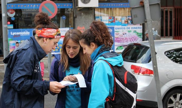 Participants a la Cursa d'Orientació Solidària mirant el mapa. Font: Fundació Salut Alta