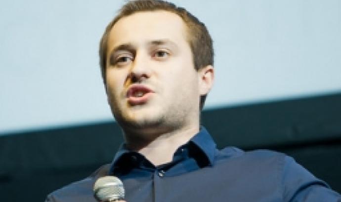 Fotografia d'una persona parlant en públic.