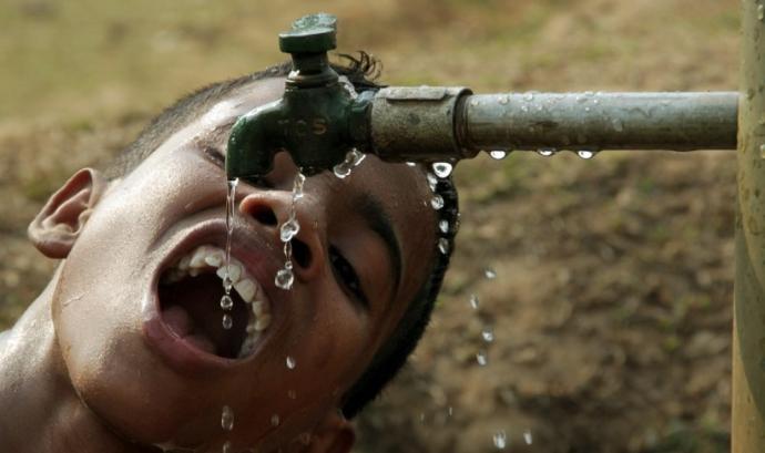 Nen indi bevent aigua. Font: GTRES Font:
