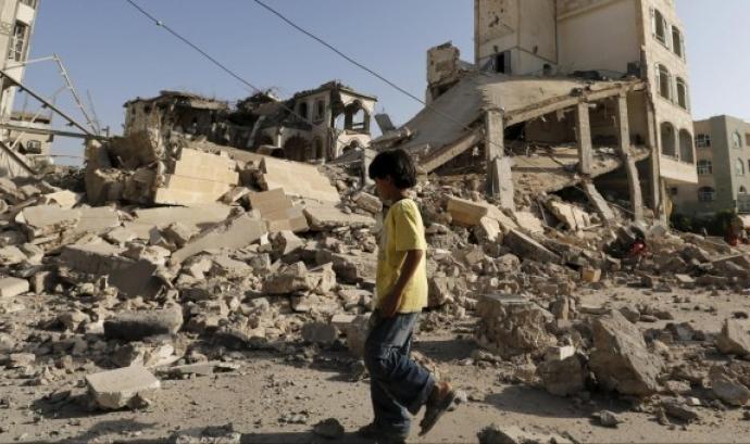 Un nen passeja entre les runes a la ciutat de Yemen.