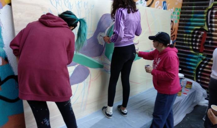 Joves de PREN-los participant en el mòdul en empoderament feminista. Font: Pren-los