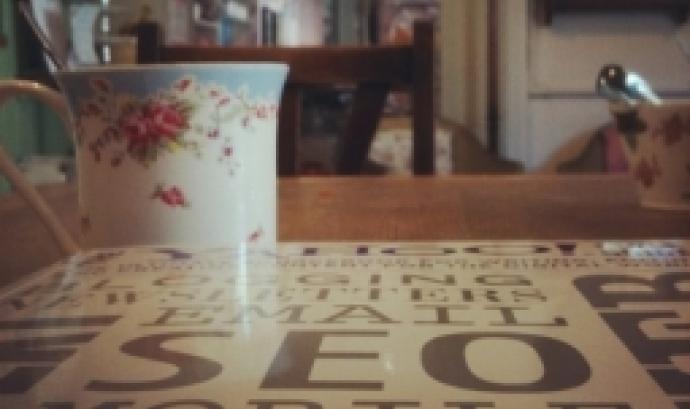 Fotografia d'una taula amb paraules que fan referència al posicionament seo. Imatge de Melizza. Llicència d'ús CC BY-ND 2.0.