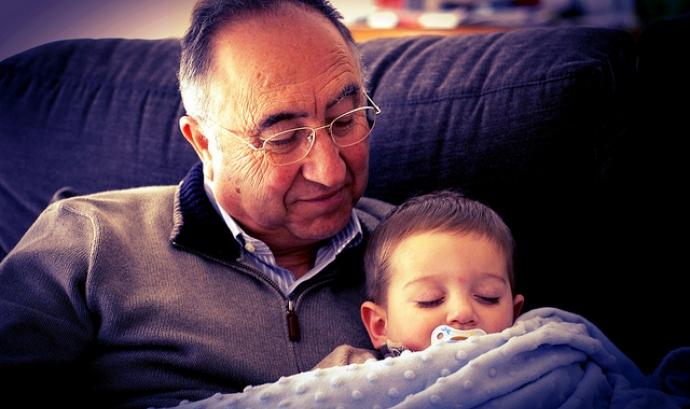 Avi amb el seu nét. Font: Gonzalo Malpartida, Flickr