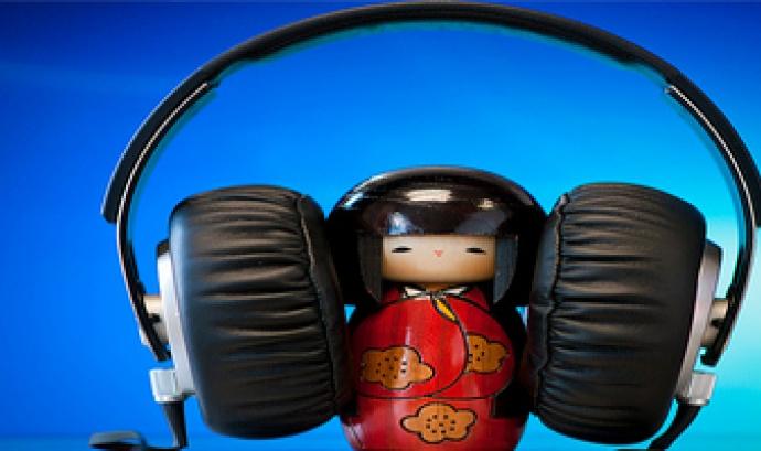 Imatge d'una nina amb auriculars per Josh Liba Font: