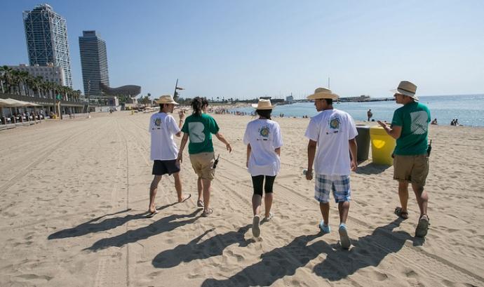 Informadors ambientals a la Barceloneta (imatge: Fundació Abertis) Font: