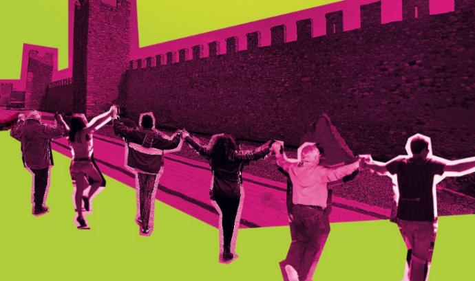 Muntatge de persones ballant sardanes davant la muralla de Montblanc