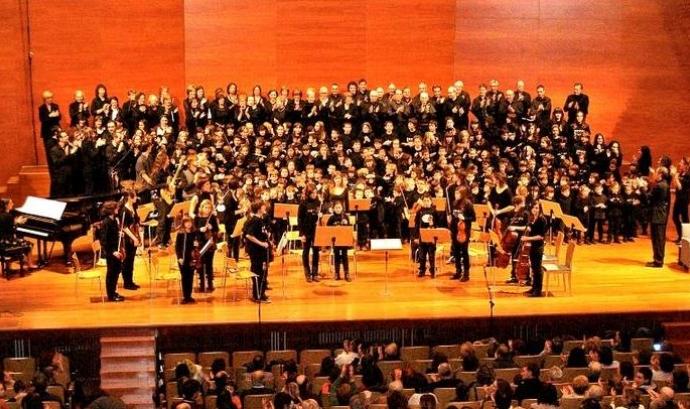 Imatge d'una orquestra i d'un cor de l'Orfeó Lleidatà