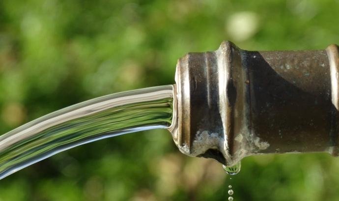 Aigua potable que surt d'una font Font: