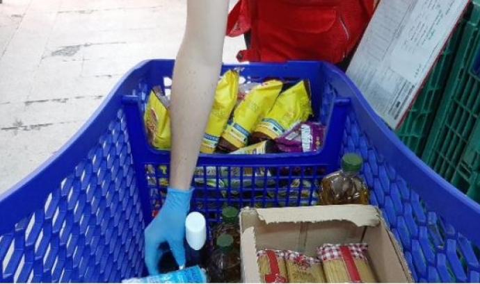 La Creu Roja ha distribuït gairebé 4,5 milions d'aliments, 11.301 kits d'ajuda bàsica i 62.156 targetes de prepagament des del març del 2020. Font: Creu Roja Catalunya