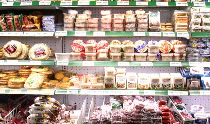 Aliments envasats en un supermercat Font:
