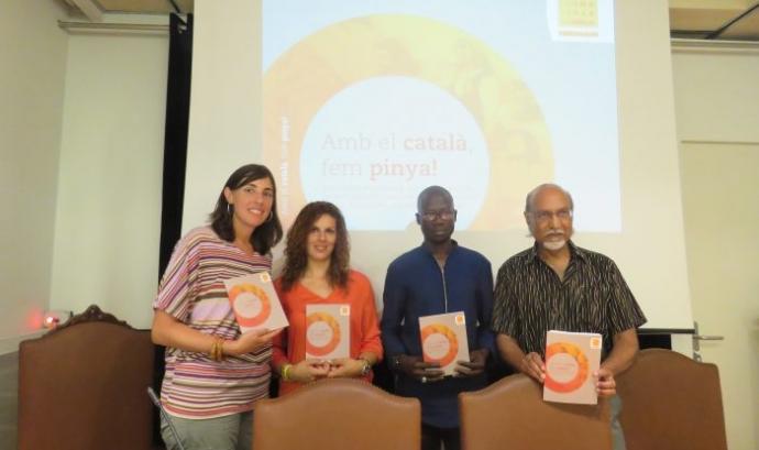 Presentació del llibre 'Amb el català, fem pinya!'. Font: Plataforma per la Llengua Font: