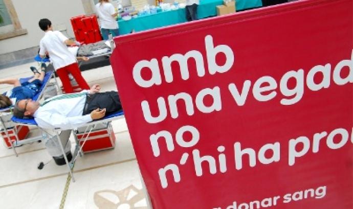 Amb una vegada no n'hi ha prou, lema del Banc de Sang i Teixits Font: