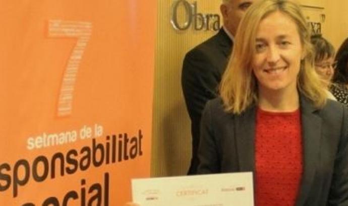 Anna Corbella mostrant l'etiqueta més responsable Font: Fundació La Roda