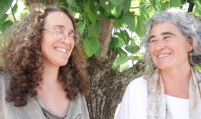 Marissa Pelaez Rey i Laia Aguilar, de l'Associació Arremangades dones del Montseny. Font: Youtube
