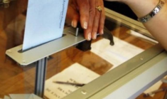Una votant exerceix el seu dret a vot en unes eleccions. Font: Anticapitalistes