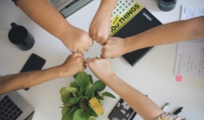 L'objectiu de la formació és acompanyar aquelles entitats que volen iniciar la transformació d'associació a cooperativa. Font: Unsplash.