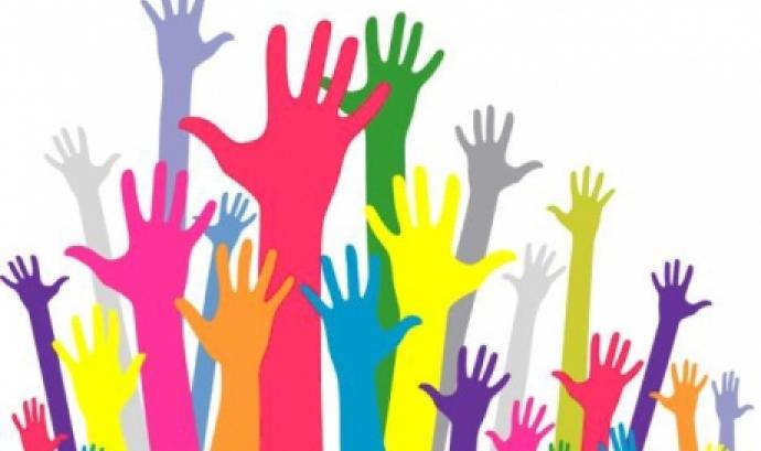 Mans de colors representant la diversitat