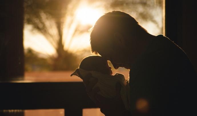 El període del permís de paternitat s'ha establert en 5 setmanes a partir del 5 de juliol.