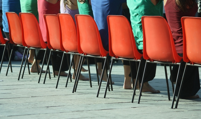 Cadires vermelles. Imatge amb llicència CC BY 2.0 (https://creativecommons.org/licenses/by/2.0/#) Font: Gala Diaz (Flickr)