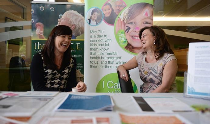 Dues dones participant en una conferència sobre treball social