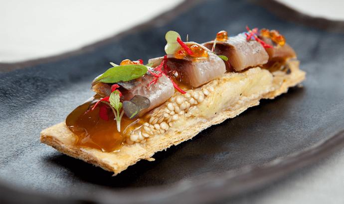 Coca de full de sardina a la brasa, albergínia i Miso.