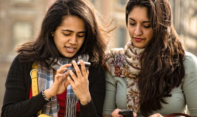 Mitjançant les aplicacions per mòbil també podem trobar voluntariat. Imatge de Garry Knight. Llicència d'ús CC BY 2.0 Font: Garry Knight. Llicència d'ús CC BY 2.0