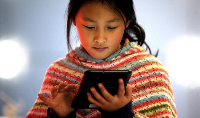 Nena feint servir una tablet