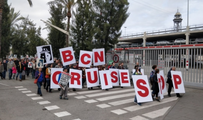 Acció de protesta al Port de Barcelona contra els creuers turístics.