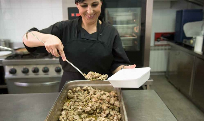 Cuinera de 'Càtering Ésbo' elabora un menú per a la gent gran d'El Prat de Llobregat. Font: Fundació Rubricatus