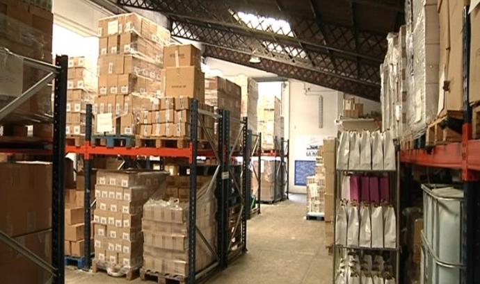 La Nau és un magatzem on gestionen la logística de les donacions de roba i productes d'higiene. Font: Ajuntament de Barcelona