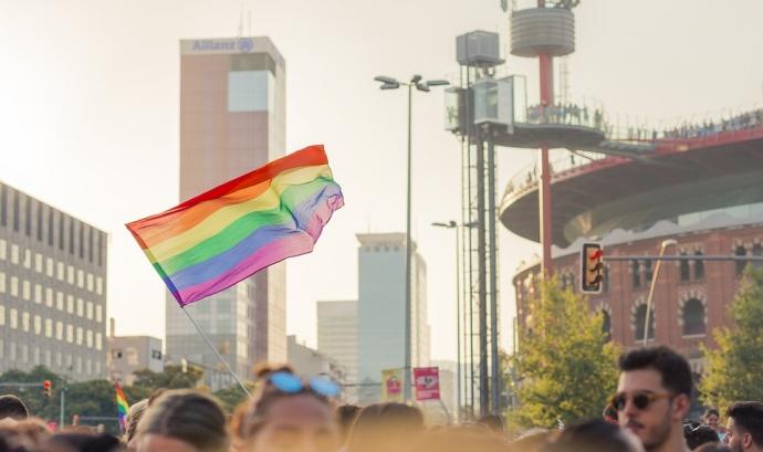 Bandera del col·lectiu LGTBI en una manifestació a Barcelona. Font: Pixabay