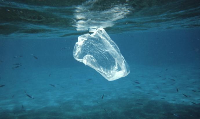 Bossa de plàstic contaminant el mar.  Font: NOAA Photo Library