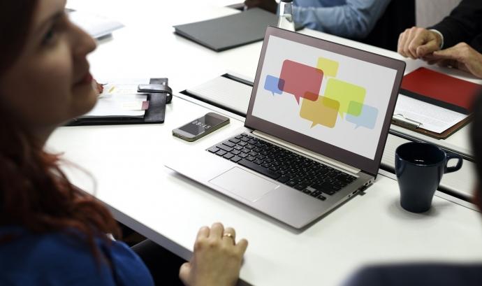 Tenir una base de dades amb els contactes de periodistes, redactar i enviar notes de premsa i comptar amb una sala de premsa virtual són algunes de les recomanacions per tenir una bona relació amb els mitjans de comunicació. Font: rawpixel (Pixabay)