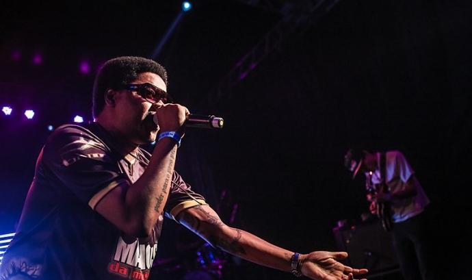 Cantant de rap en un concert en directe.