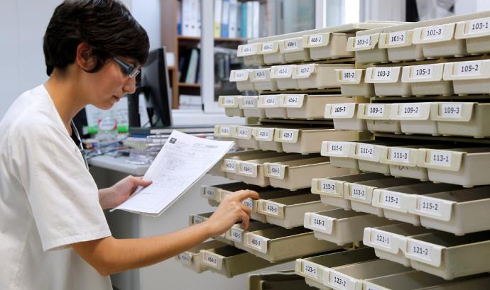 Farmacèutica fent tasques de documentació.