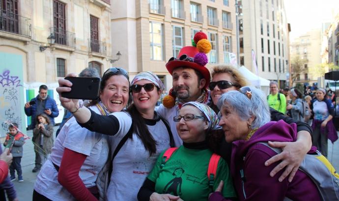 Un equip de persones participants fent-se una 'selfie' a la Catedral de Barcelona. Font: Magic Line