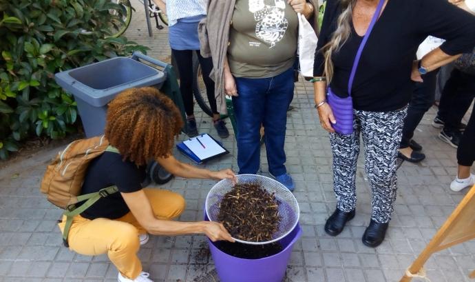 Un cop madurat el compost es fan jornades comunitàries per fer-ne el cribatge  Font: Espai Ambiental