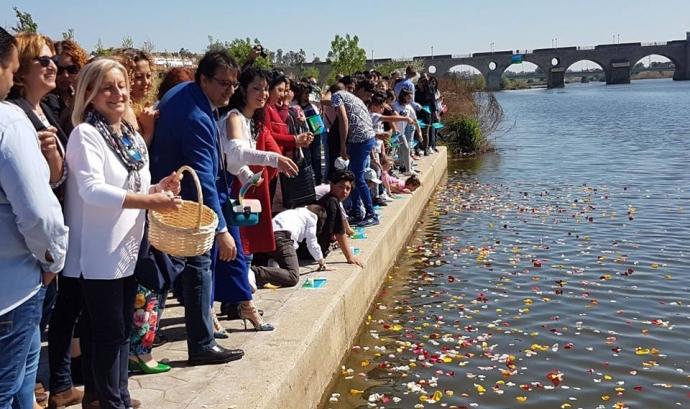 Persones llançant pètals al riu per celebrar el 8 d'abril, Dia Internacional del Poble Gitano Font: Fundación Secretariado Gitano