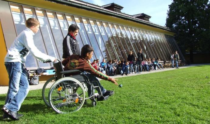 Un nen amb mobilitat reduïda participa a una activitat esportiva. Font: Pxhere