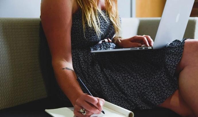 La dona té menor presència en totes les fases del procés emprenedor, així com en la creació i direcció d'un negoci Font: CC