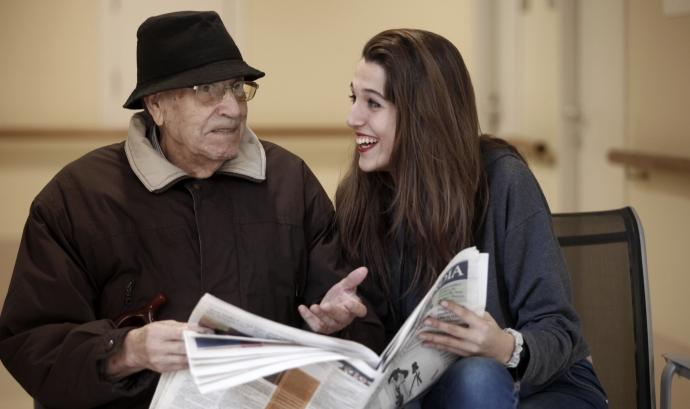 Una persona gran comparteix el seu temps amb una jove.